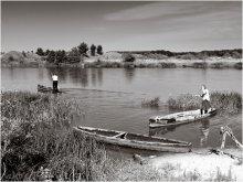 Гости приехали / Хутор Трилесино на реке Вилии. Так просто в гости не приедешь - без своей машины не доберешься. А на другой стороне реки - асфальт поблизости, и до Сморгони рукой подать. Вот и приходится бабушкам встречать детей-внуков на лодках, переправляя их через реку.