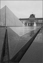 Кристалл  у Лувра / дождь,туристы,вездесущие  японцы..