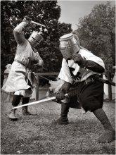 Heavy metal (5). Бой. / Схватки происходили по турнирной схеме. Пара бойцов сражалась друг с другом трижды: поединки щит-меч, баклер (маленький круглый щит, чаще всего железный)-меч, меч-меч. Победитель выходил в следующий тур. Отобрал эту фотографию из сделанных, здесь, в поединке меч-меч меньше элементов, которые рассеивают внимание. Ближе к нам Павел (sir Jugard), который уже был на 2-й фотографии серии, ставший победителем турнира.