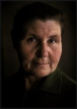 АННА МИХАЙЛОВНА. / Родилась в 1922 г. Познала голодное детство. С началом войны, в 41, работала в обслуге лётной эскадрилии защищавшей Москву. Дождалась с фронта мужа, начавшего воевать ещё в финскую. После войны, до пенсии, проработала в колхозе дояркой. Родила и вырастила шестерых детей. Умерла в 84 года. Разбирая архив обнаружил, сделанный мной в 70-х годах слайд. Это моя тёща…