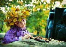 Осень / На засыпанных желтыми листьями дорожках старого парка, Осень играла с каштанами...