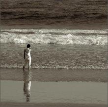 В ожидании.. / Одинокая фигура в белом,долго шла по берегу моря,периодически останавливаясь и пристально всматриваясь вдаль,словно ожидая кого-то.