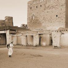 По дороге в школу / Оман.   Дети везде ходят в школу. Это хорошо. И всем приходится носить тяжелые рюкзаки. Это не очень хорошо. :))