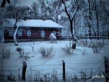 домик в снегу / затерялся глубоко в лесу....