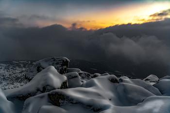 Приближение ночи в горах / Без описания