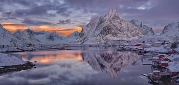 / Kurz vor Sonnenaufgang in Reine auf den Lofoten Norwegen