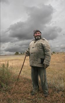 Пастух Павел /деревня НижнеБерёзово/ / От деревни в 150-и метрах у реки - пастбище. Я спрсил у него, зачем нужно быть около овец - он сказал, что овец воруют кто на машинах...