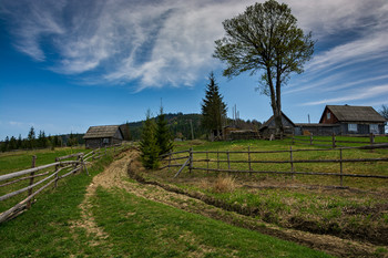 Дом на горке / Вид на высокие окрестности села Лазещина (Закарпатье). 23 апреля 2018 г.  Еще одно фото этого дня:  [img]https://i.imgur.com/Mcda2D9.jpg[/img]