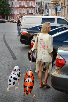 Карантинная прогулка. / Улица. Машины Женщина. Собачки. Карантин.