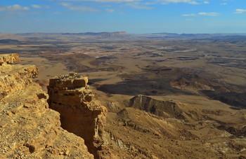 Лунный пейзаж / Кратер Рамон является самым большим кратером на планете Земля и в обозримом космосе. С одной стороны он граничит с Египтом, с другой - соседствует с Аравийской пустыней. Форма кратера напоминает вытянутое сердце. Его длина - 40 км, максимальная ширина - 10 км. До сих пор остается загадкой происхождение Рамона. Одни ученые считают, что он возник в результате движения земной коры, другие предполагают, что это след от упавшего 200 млн. лет назад гигантского метеорита