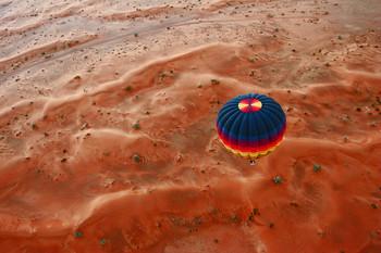 пролетая на воздушном шаре над аравийской нустыней / оаэ