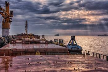 Вечер на рейде. / Дождь. Вечер. Море. Тучи. Корабли. Солнце.