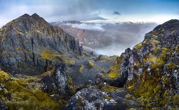 """Северные склоны Кетитля / Исландия. . У местных есть легенда про гору Кетитльлаугарфьятль (Ketilaugarfjall) - что на ней запрятан чайник полный золотых монет, и найти его сможет тот кто поднимется на гору спиной вперед и не споткнется :) . Эта гора находится ближе остальных к ферме где мы жили. Я успел сбегать наверх уже на второй день вписки(высота ее почти 700м), а также каждый день подолгу на нее засматривался и поднимался еще не раз. И лишь спустя год узнал ее настоящее название и легенду) Кстати, с исландского """"кетитль"""" означает чайник."""