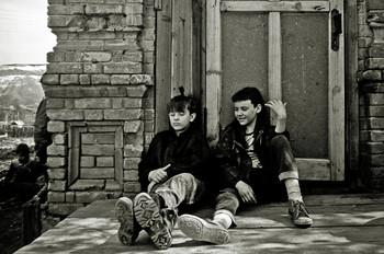 Ожидание автобуса в сельской местности / 1993 где-то