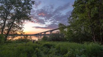 Двое у моста. / Нижний Новгород, Мызинский (Карповский) мост, вечер, июнь