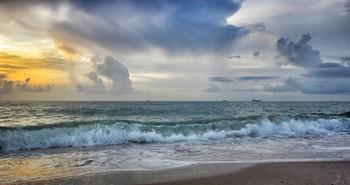 Грозовое утро на рейде встречая / У теплых морей..