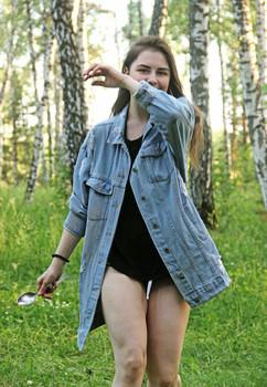 Юля / В лесу