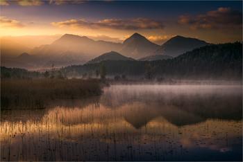 / Je länger man im Dunkeln ausharren muss, desto mehr freut man sich über das Wunder des Sonnenaufgangs.  Morgens am Turnersee in Kärnten.
