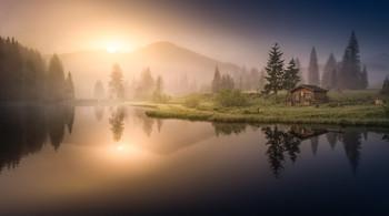 / Morgens bei Sonnenaufgang an einen kleinen See in der Steiermark.
