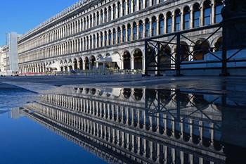 / Spiegelung am Markusplatz in Venedig