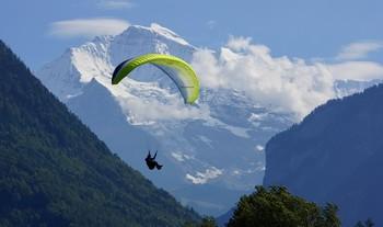 Главный герой.. / Старые Альпы встретили нас солнечным днём.Мы приехали сюда,когда проходили показательные соревнования парашютистов. Мне удалось заснять победителя на летающем крыле.