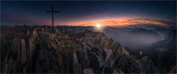 / Abends nach Sonnenuntergang auf der Seekarspitze in Obertauern.  Die Sterne und die Sonne sind mit Pinsel Werkzeuge in PS6 nachträglich eingefügt.
