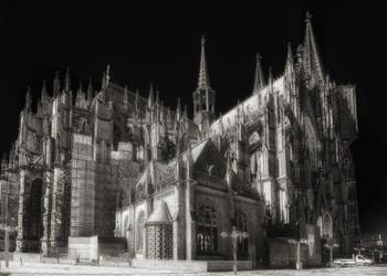 СКАЗКА / Кёльнский собор (нем. Kölner Dom) — римско-католический готический собор в городе Кёльне. Занимает третье место в списке самых высоких церквей мира и внесён в список объектов Всемирного культурного наследия.  Строительство главного храма Кёльнской архиепископии велось в два приёма — в 1248—1437 гг. и в 1842—1880 годах. По окончании строительства 157-метровый собор на четыре года стал самым высоким зданием мира.