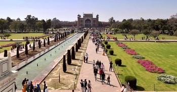 Вид из мавзолея Тадж-Махал на северные ворота / Вид из мавзолея Тадж-Махал на северные ворота, которые сами по себе являются шедевром архитектуры, а также парк, с фонтанчиками посреди зеркальной глади воды, мраморными тропинками и газонами.