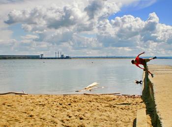 Вариант кадрирования / спорт на пляже, молодежь, прыжки