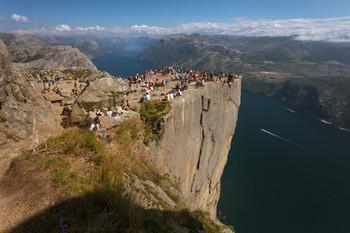 Всех поджарим на плите !!! / Утёс Прекестулен. Норвегия. Высота скалы 604м.
