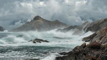 В опасные дни / Весенний шторм на побережье Лионского залива. Пейзажная панорама. Национальный парк Кап де Креус, Коста Брава