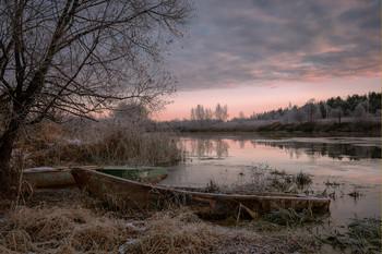 Дыхание зимы / Покрытые тонкой корочкой инея, старые лодки слегка потрескивали первым, тонким, ноябрьским льдом. Река Дубна.
