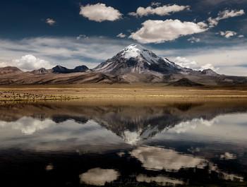 Отражения / Вулкан Сахама (6550 м) и его отражение в озере Чунгара. Национальный парк Лаука, Чили
