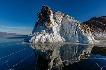 """Первопроходец / Всех с Новым 2021 годом! Остров Ольтрек, Малое море, Байкал. О2 января 2021 года совершил поход к этому острову.  Тремя днями ранее, льда между берегом и островом-практически не было. Я шёл уже по крепкому льду, толщиной сантиметров в десять. Ну, нам рыбакам не привыкать…И на три сантиметра выходили по перволёдку, когда идешь-а он…прогибается под тобой. Бешеный ветер. Нескользкий лёд, который не позволял хотя бы мало-мальски скользить ногам. Дошёл таки до острова, обошёл вокруг. Девственная чистота и раздолье. Такое последний раз видел здесь года 4 назад, когда объездили всю эту округу на """"хивусе"""" (судно на воздушной подушке). Обратно шел более полутора часов-ветер """"сарма"""" бил навстречу.  В итоге км 10-12 туда и обратно) и масса приятных фотографий."""