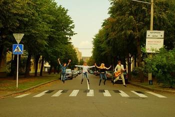 Пешеходы, переходы / Пешеходы, переходы.... пешеходыпереходы пятница....#TheBeatles #Битлз #Beatles #TheBeatles #AbbyRRoad #BeatlesAbbyRoad - завтра - 16 января - Всемирный День Битлз !!! ;) Догадайтесь - чем за 2-минуты для конкурса Comedy-Club-Minsk-Beatles были наклеены черные клавиши на Белой дорожной ленте пешеходного перехода?) и сняты обратно в ведро за 0,7-минуты?))