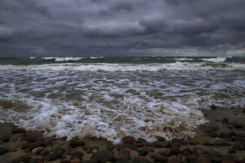 Балтику немного штормит. / Балтийское море весной.