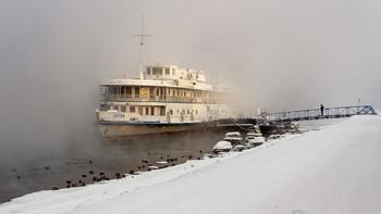 Из тумана. / Туман над рекой и корабль.