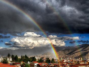 Радуга над Куско / Дождь и радуга над Куско. В яркий солнечный день набежала грозовая туча.