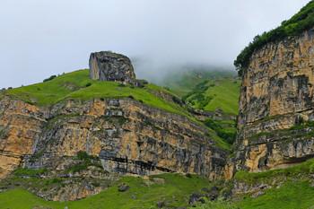 Отвесные скалы / Туманы над скалами