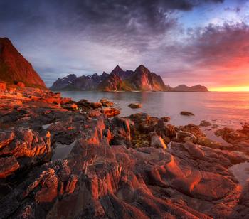 Flakstadoya / Яркий летний закат над островом Flakstadoya, Лофотены. Август 2020.