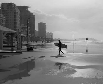 сёрфер / Зимний денек на тель-авивском пляже.