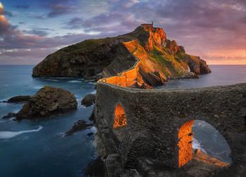 Gaztelugatxe / Островок Гастелугаче на берегу Бискайского залива в первых лучах восходящего солнца. Наверху находится часовня, к которой ведет извилистая лестница с 241 ступеньками.