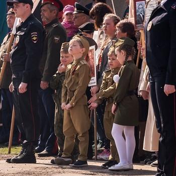 Подрастающее поколение / С Днем Победы! Парада у нас не проводится, городок маленький, только митинг. Фото старое, т.к. в этом году как и прошлом, даже митинга не проводилось. Ветеранов поздравляли по домам.
