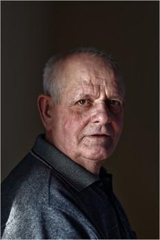 Портрет пожилого человека / Солнечный свет от окна.