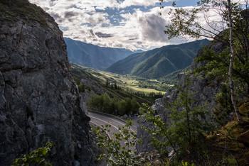 """Перевал / Перевал Чике-Таман («Плоская подошва») Высота перевала — 1295 м, подъём, спуск — 4 км. В.Я. Шишков описывал в начале XX в.: """"Чике-Таман. Прежде всего, изречение, нацарапанное на придорожном столбе, на самой вершине перевала, рукою отчаявшегося ямщика: """"Ета не Чике-Таман, а Черт-Атаман, сорок восемь грехов"""". Этим все сказано. Сейчас, конечно, это уже не такой сложный путь."""