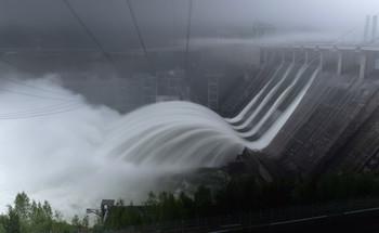 Красноярская ГЭС / Многие красноярцы и гости города давно уже выставили фото, как ГЭС сбрасывает воду., вот и у меня дошла очередь до этого кадра, так сказать в копилочку!Утро выдалось пасмурным и с туманом.