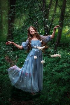 Ливень из пуха и перьев / модель Юлиана Смирнова платье предоставлено студией «Косплей»