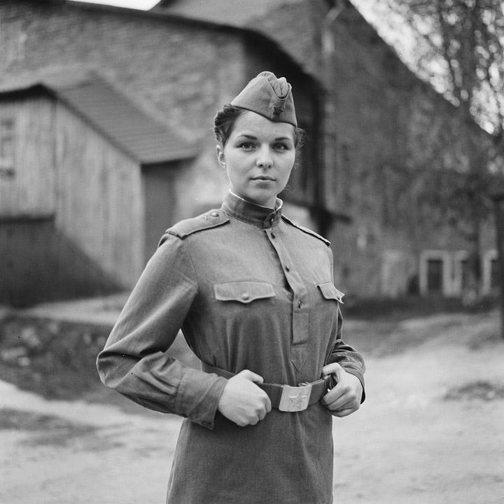 черно белое фото девушек в военной форме - 9