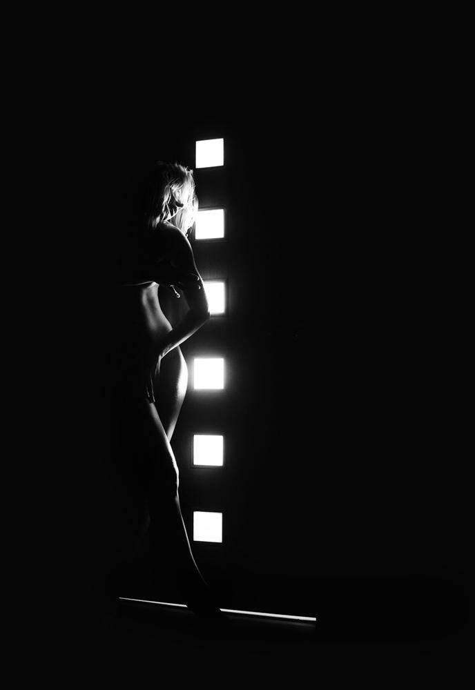 Картинки силуэтов девушек в темноте