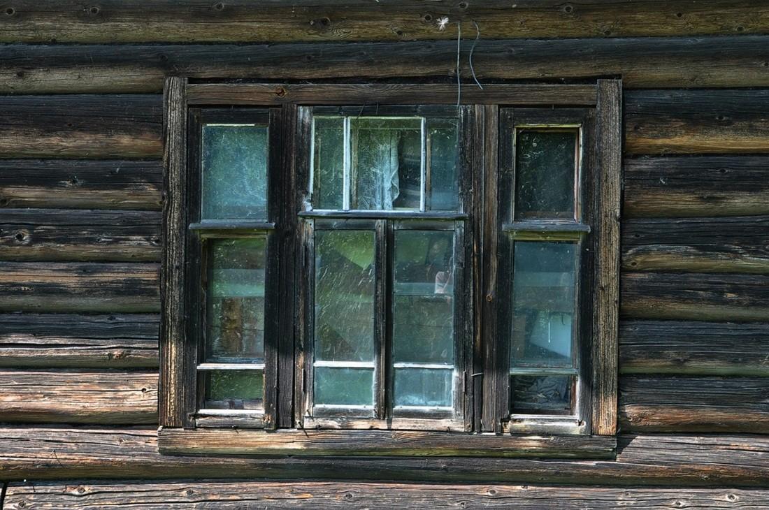 окна в деревенских домах фото серые